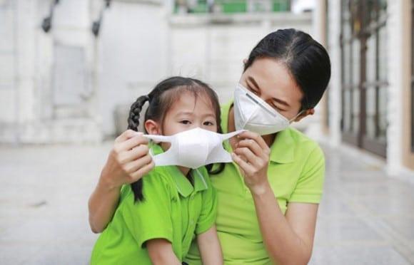 Đeo khẩu trang khi ra đường để hạn chế ảnh hưởng của ô nhiễm không khí